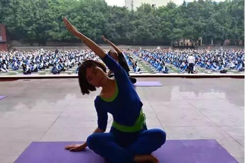 不喊口号!拒打鸡血! 重庆千余名高三学子集体练瑜伽迎高考!