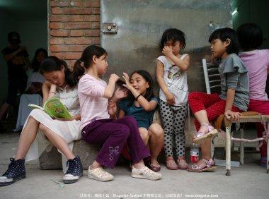 """彝族孩子们的""""阿杰鲁"""",唱给大人们听。"""